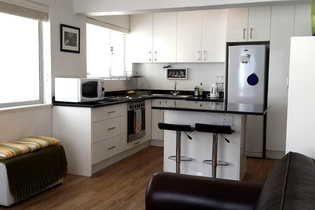 A Perfectly Located Beach Front Block Apartment - Cape Town - Byt
