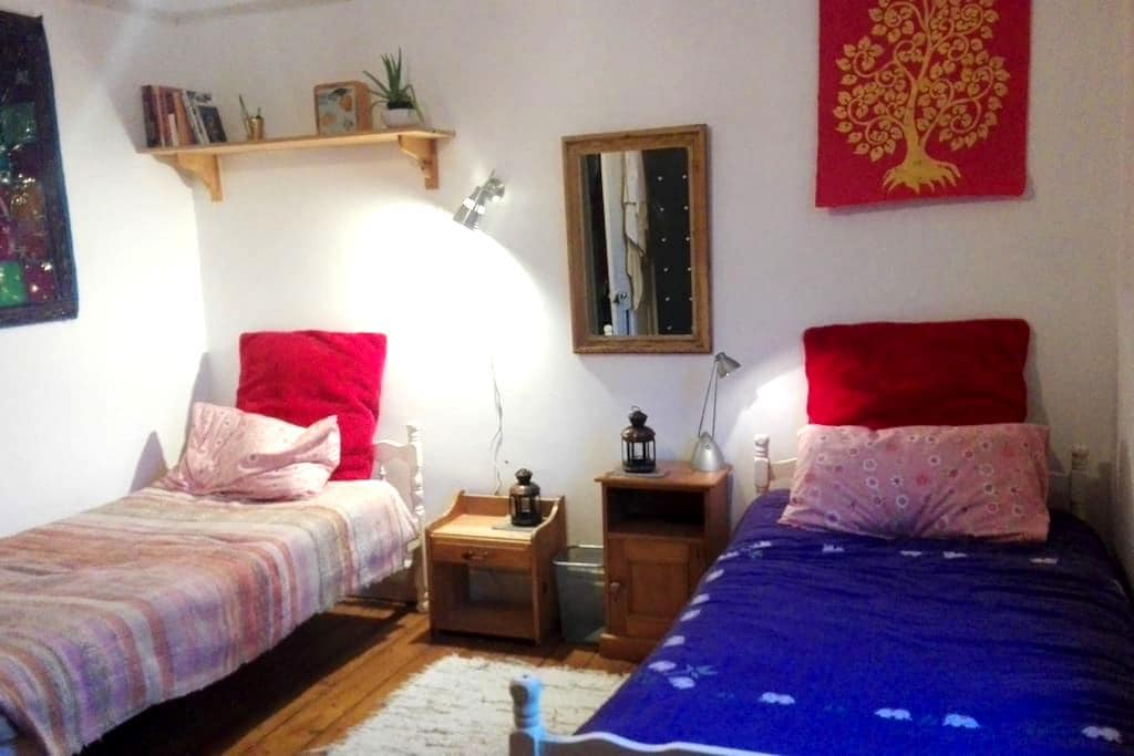 QUIET, BEAUTIFUL HOME, CENTRAL LOCATION - Glastonbury - Casa