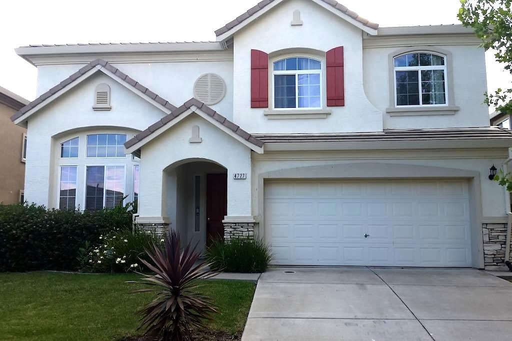 7 minutes from the Airport!!! - Sacramento - Huis