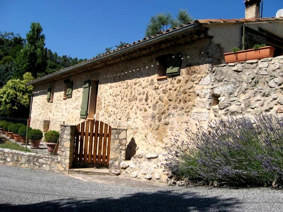 JAS DE LA HAUTE COMBE, vue sur le village. - Cotignac