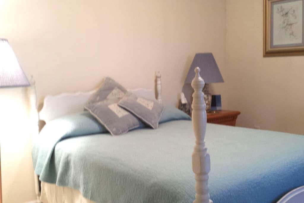 Cozy 2nd floor double-bed room - Osceola