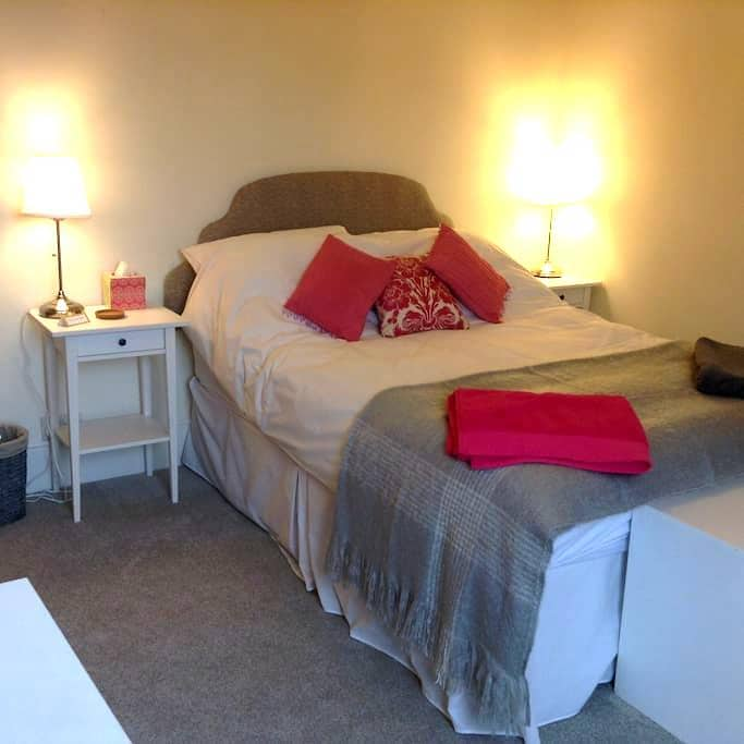 Double bed in Edwardian house. - Walton-on-Thames