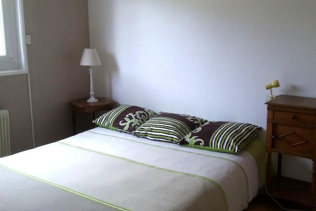 Chambre  avec salle de bain  chez particulier - Saint-Maurice-de-Gourdans - Hus
