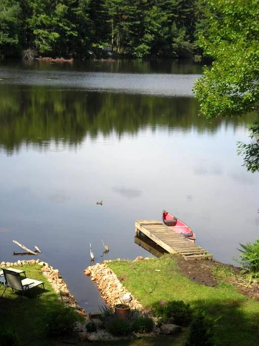 Cottage on small prvt lake w canoe - West Brookfield - Casa