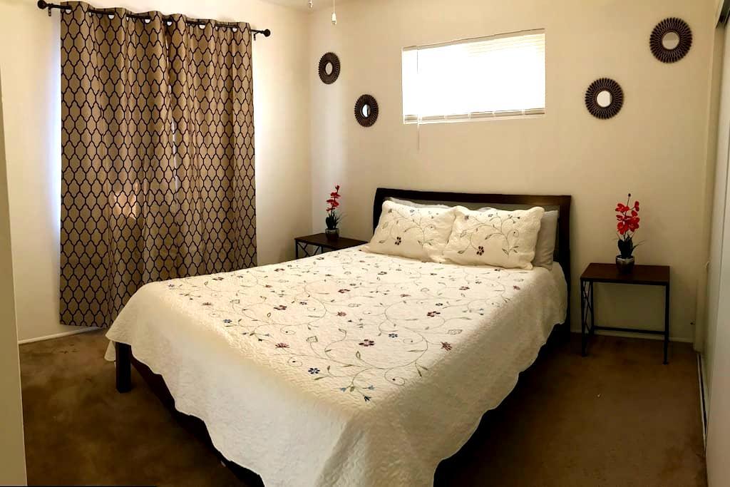 Queen size bed in cute cozy room - Santa Barbara - Dom