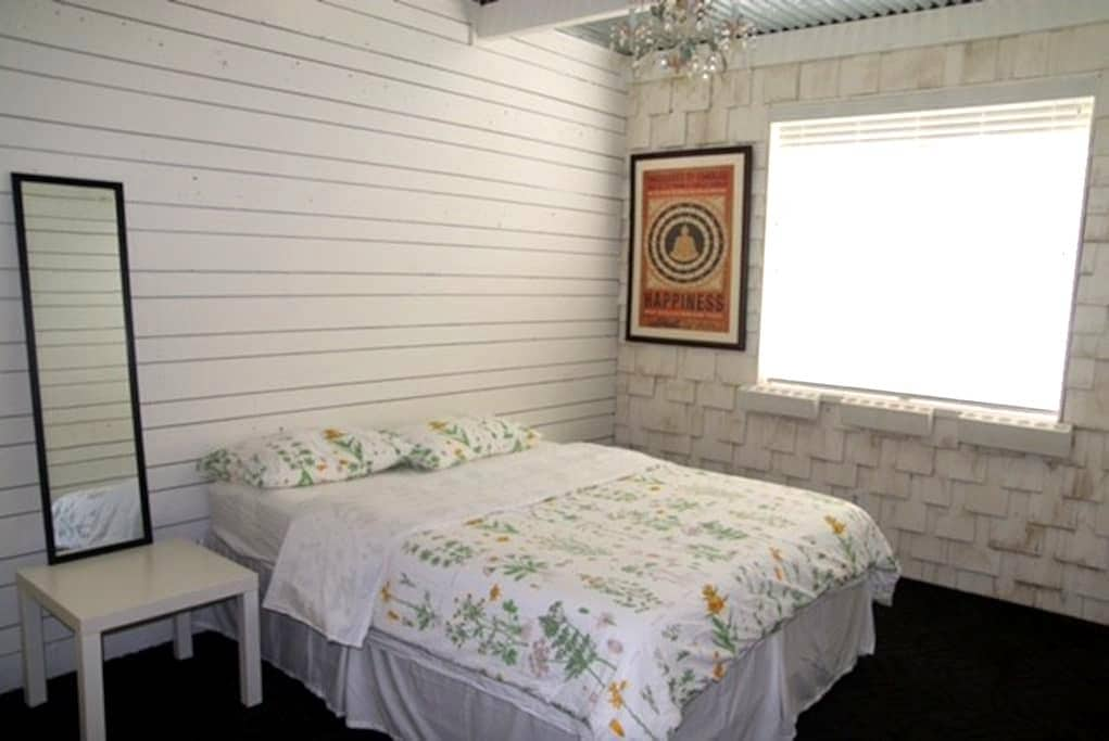 Cool White Guest Room - Mesquite - Casa