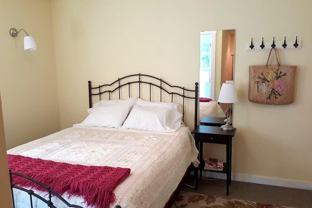 Cozy Garden Room in Historic Town - Silverton - Talo