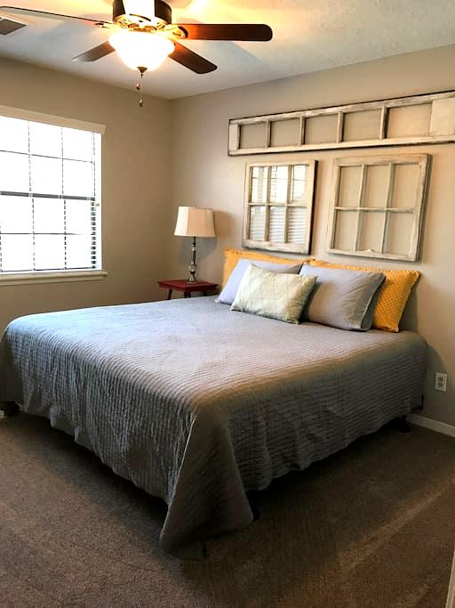 King bed with private bath. - Houston - Casa