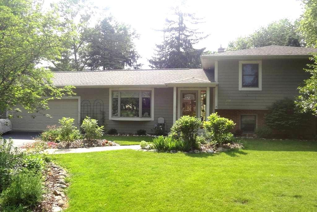 Personable Home in Charming Town - Oconomowoc - Casa