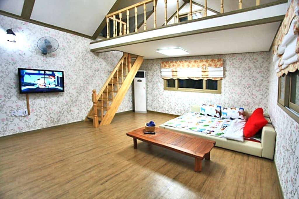 브로힐펜션 2층 라즈객실 - Ungcheon-eup, Boryeong-si - House