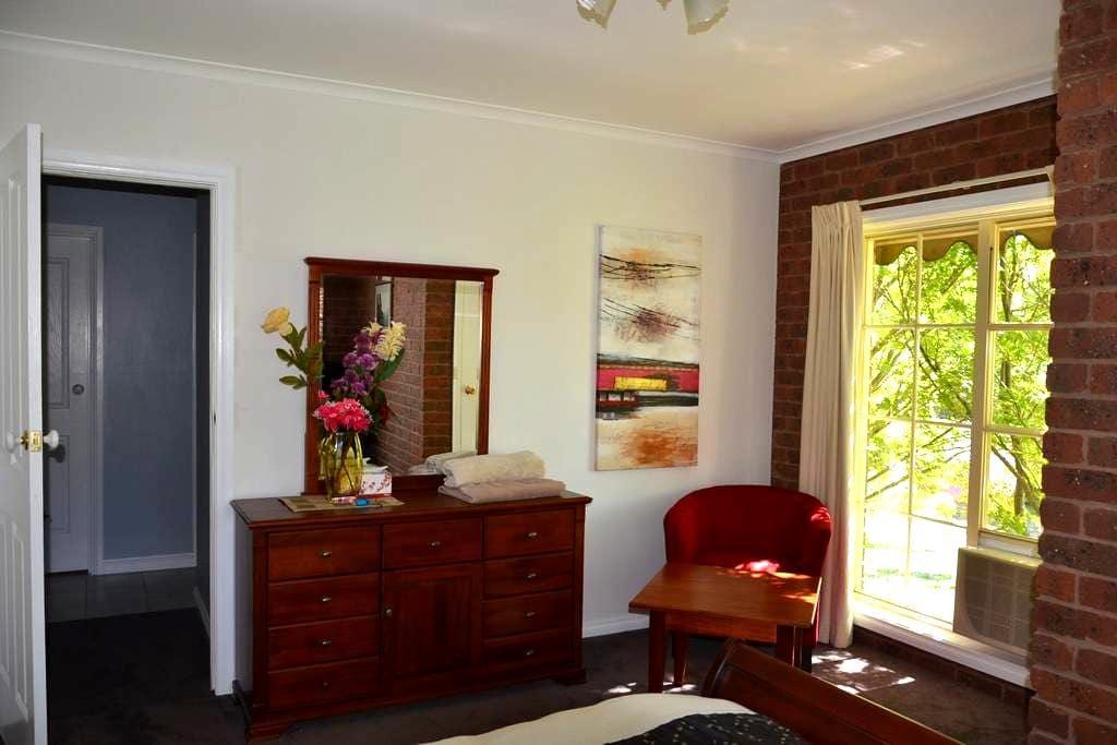 FLEURY PLACE Private and Secluded - Beechworth - Bed & Breakfast