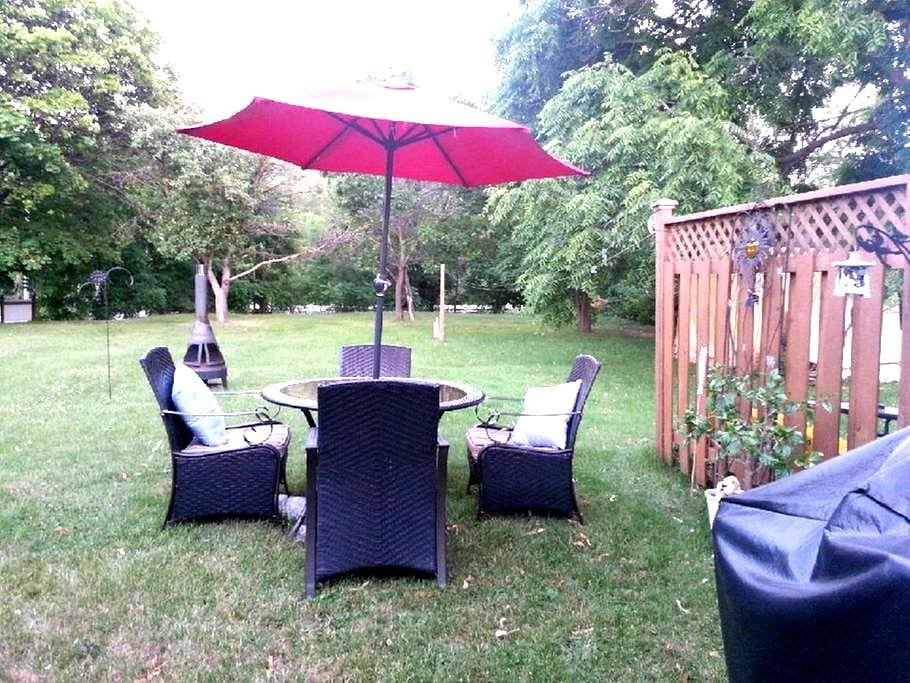 Country in the city!  Close to downtown - Ottawa - Bungalou