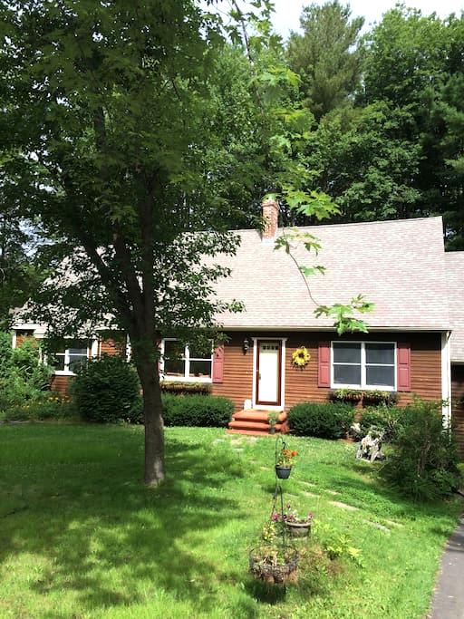 Gorgeous Master Suite in Spacious Comfortable Home - Brunswick - House