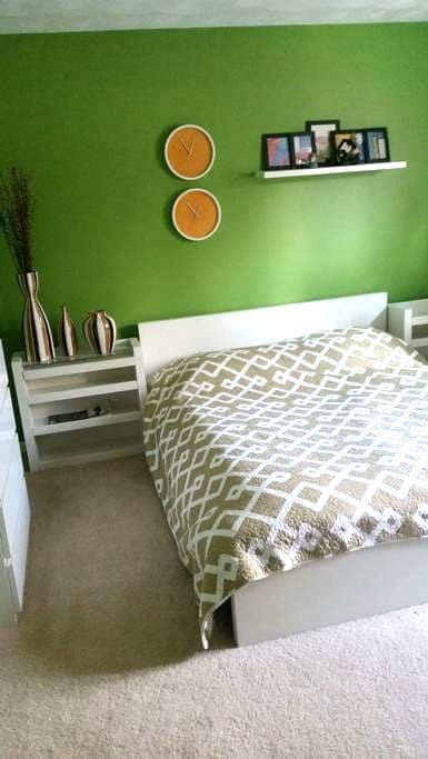 Green  Cozy Room in Modern Condo - Stoneham - Leilighet
