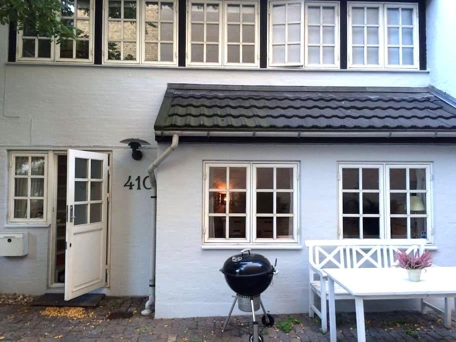 Unique 2 story backyard house centrally located - København - House