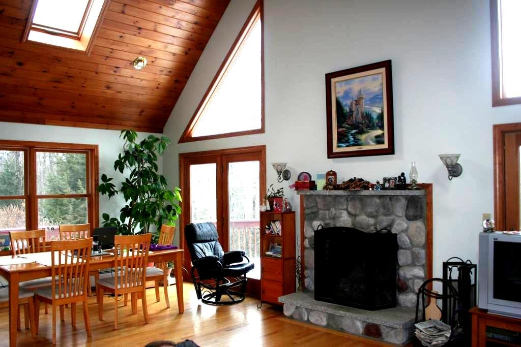 Quiet Chalet Home: Lake Sunapee/Mtn Keasarge area - Sutton