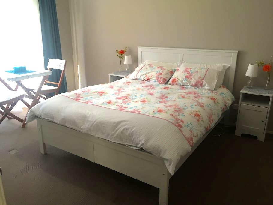 Sunny, spacious room with queen bed, ensuite & TV - Kellyville Ridge - Bed & Breakfast