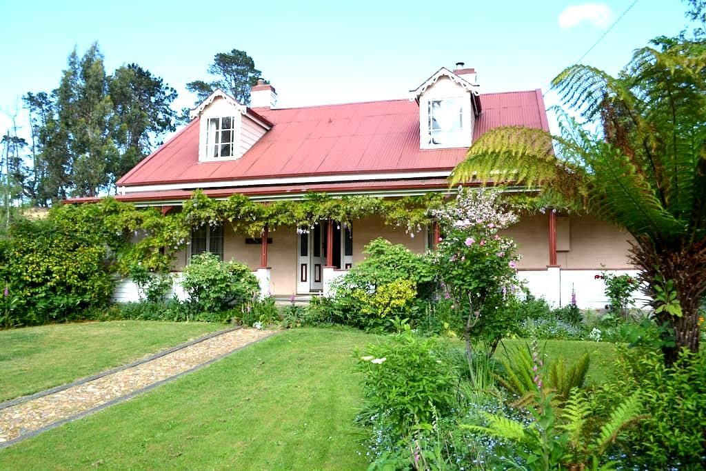 Charming Heritage Listed Room - Bushy Park - Bed & Breakfast