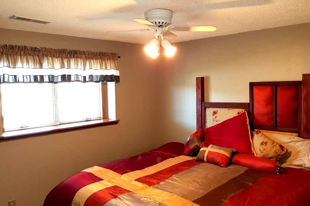 Roomy, Quiet Lower Level  w/ 2 bedrooms - Sioux Falls - Hus