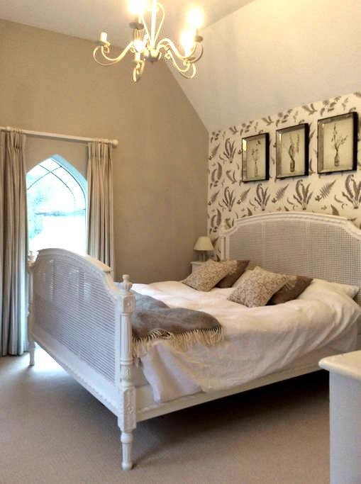 Beautiful light double bedroom - Hambledon