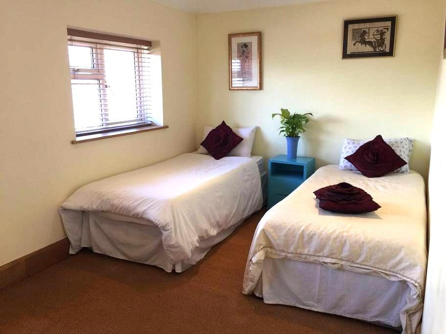 Basic room with twin beds - Lancing