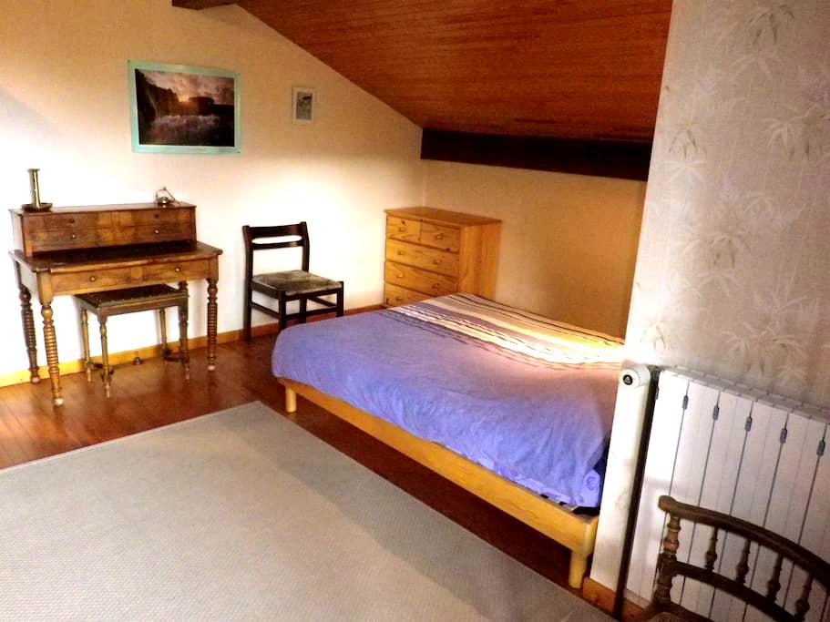 Chambre accueillante au deuxieme étage - Séez - Huis