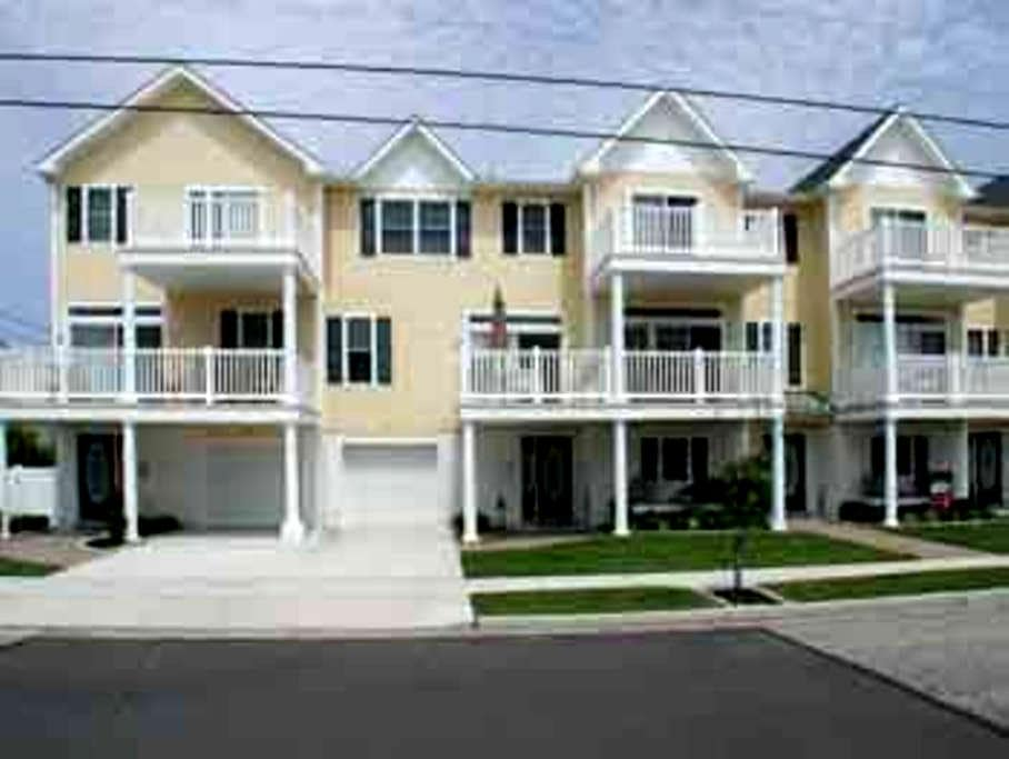 4 BR Townhouse One Block To Beach! - North Wildwood