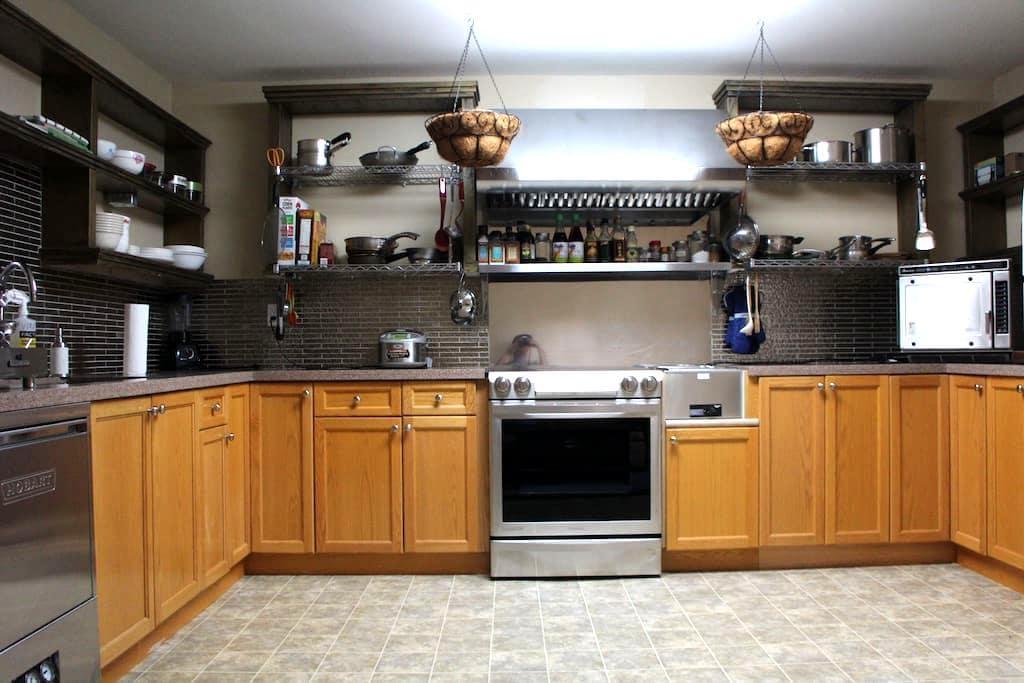 1 BEDROOM APT Chef's kitchen Private entrance Deck - Surrey - Huoneisto