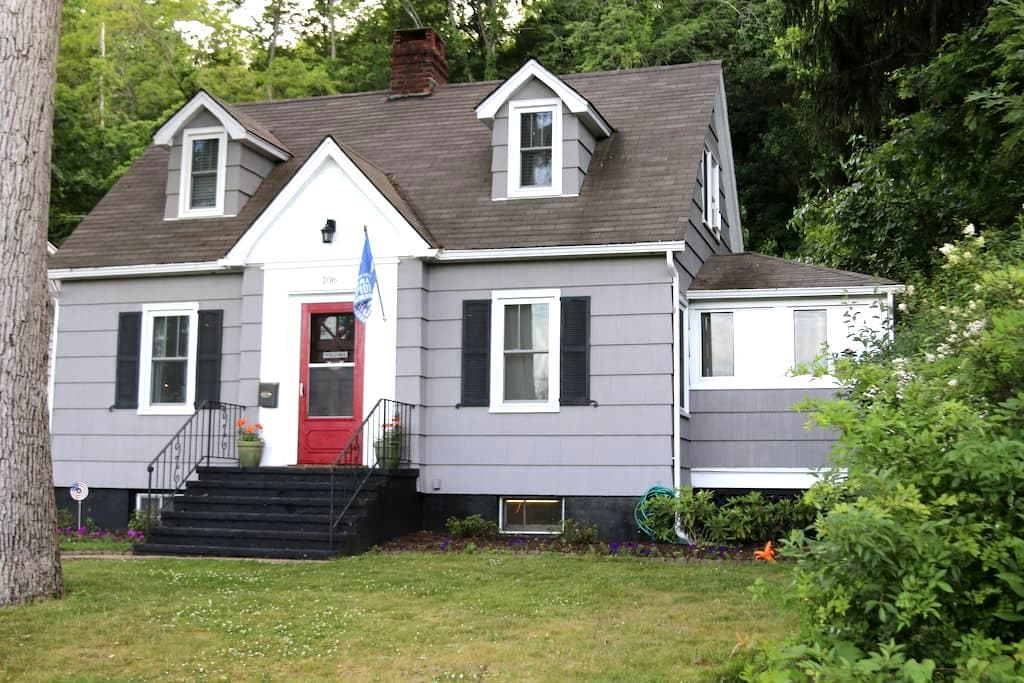 Charming Cape Cod - Walk to West Point - Highland Falls - Casa