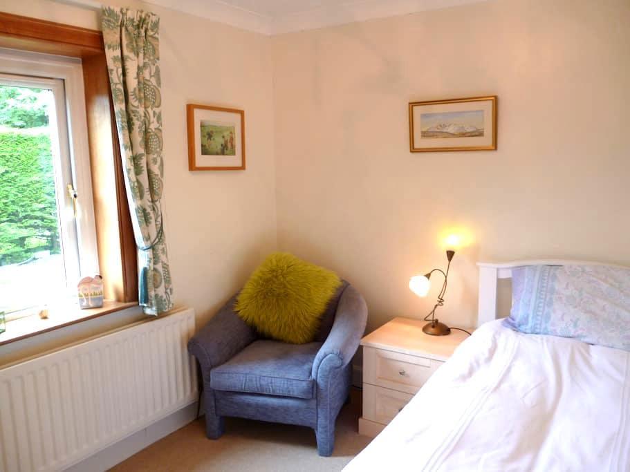 Bright, well-equipped single en-suite in W Lothian