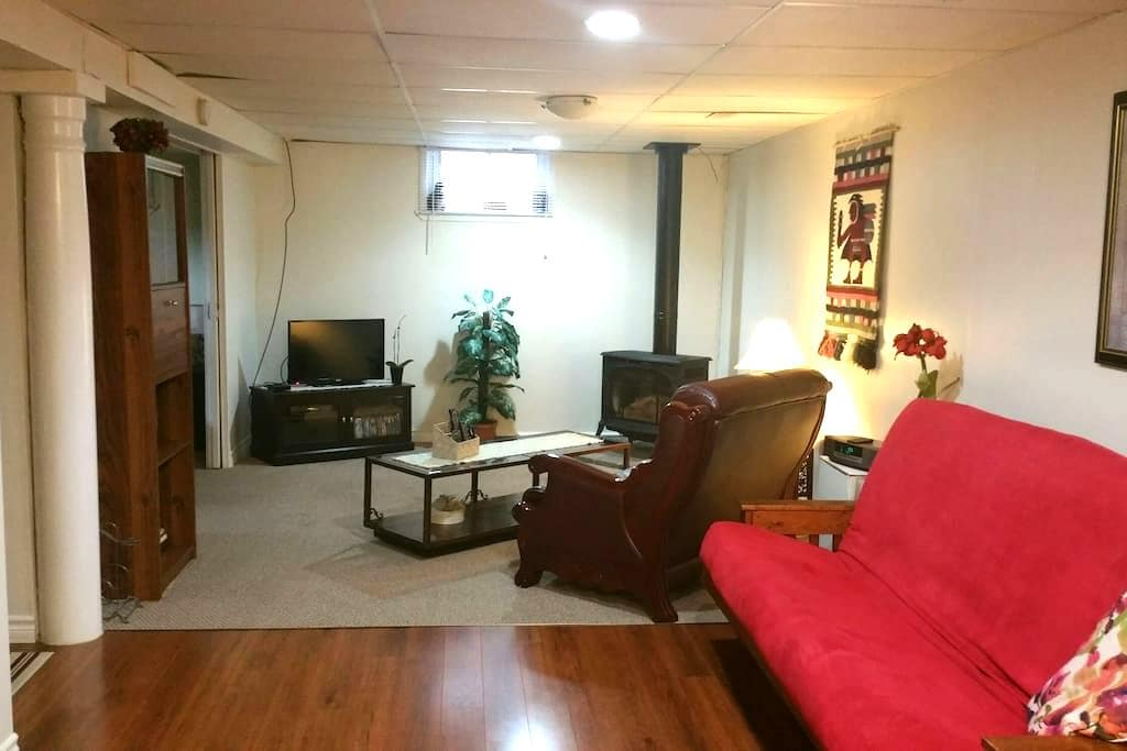 1bdrm Apartment Downtown NW Whitby - Уитби - Квартира