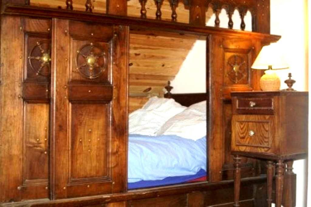 maison typique bretonne et phare - Penmarch