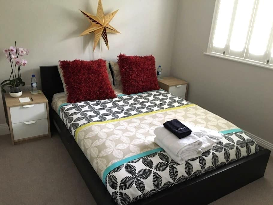 Comfy clean room & private ensuite near Heathrow - Staines-upon-Thames - Huis