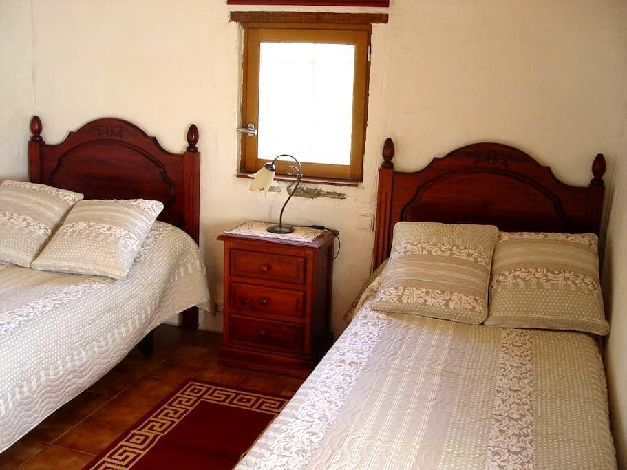 Habitacion individual en casa rural. - Llambilles - Bed & Breakfast