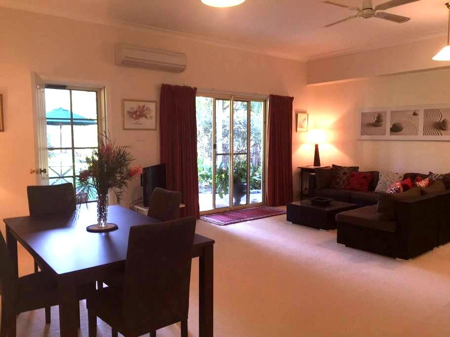 Quiet Garden Hideway - Pet friendly - Emerald Beach - Apartemen