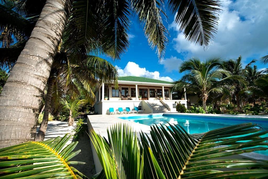 High demand beachfront 3 BDR Villa w/private pool. - サンペドロ - 別荘
