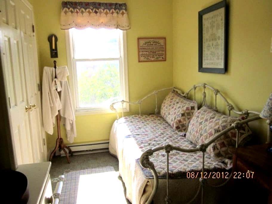 Historic Farmhouse Sampler Room - Monrovia - Dom