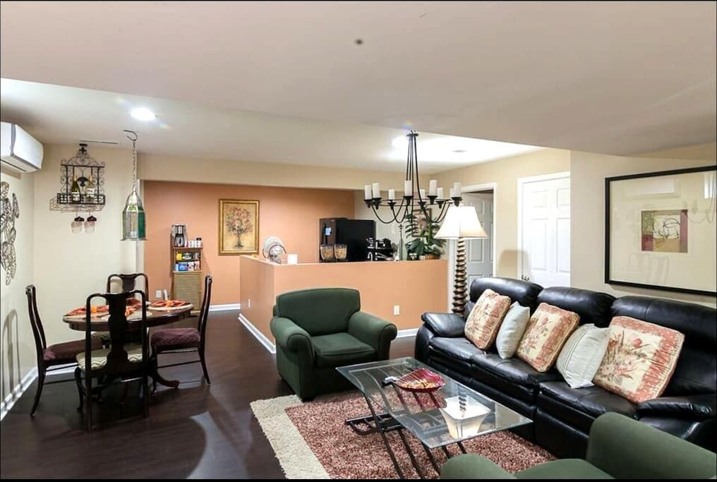 Huge&Bright 2BR Basement Apartment 3king beds &mor - Richmond  - Casa