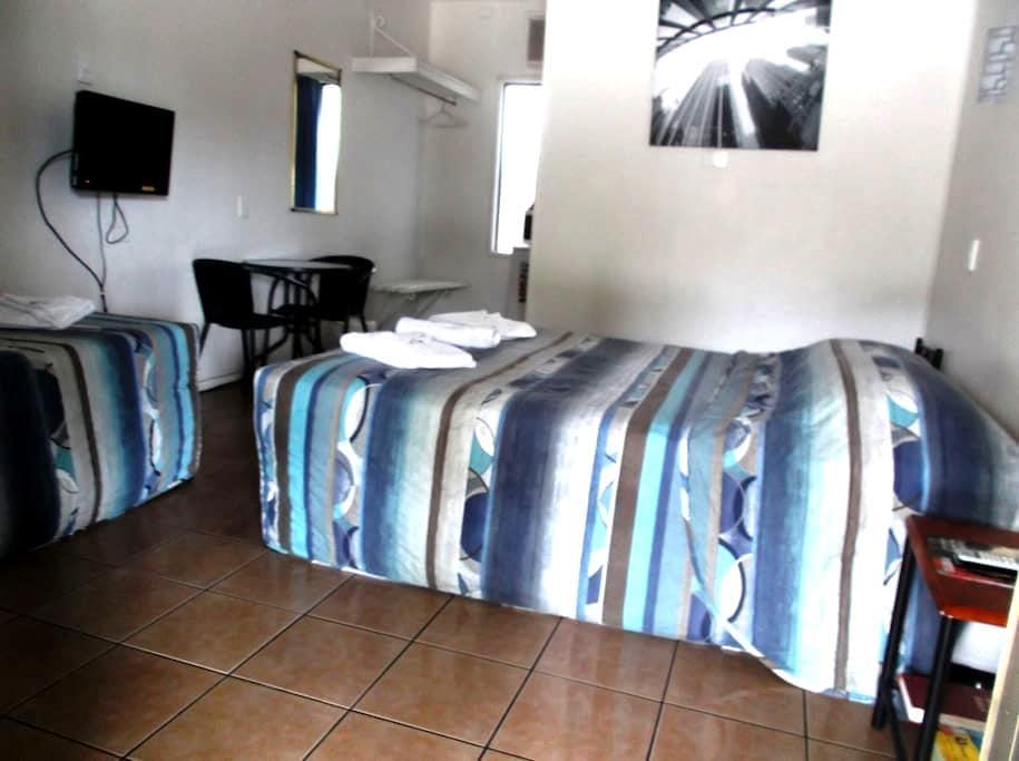 3 ppl, Queen + Single, Motel room - West Mackay - Apartemen