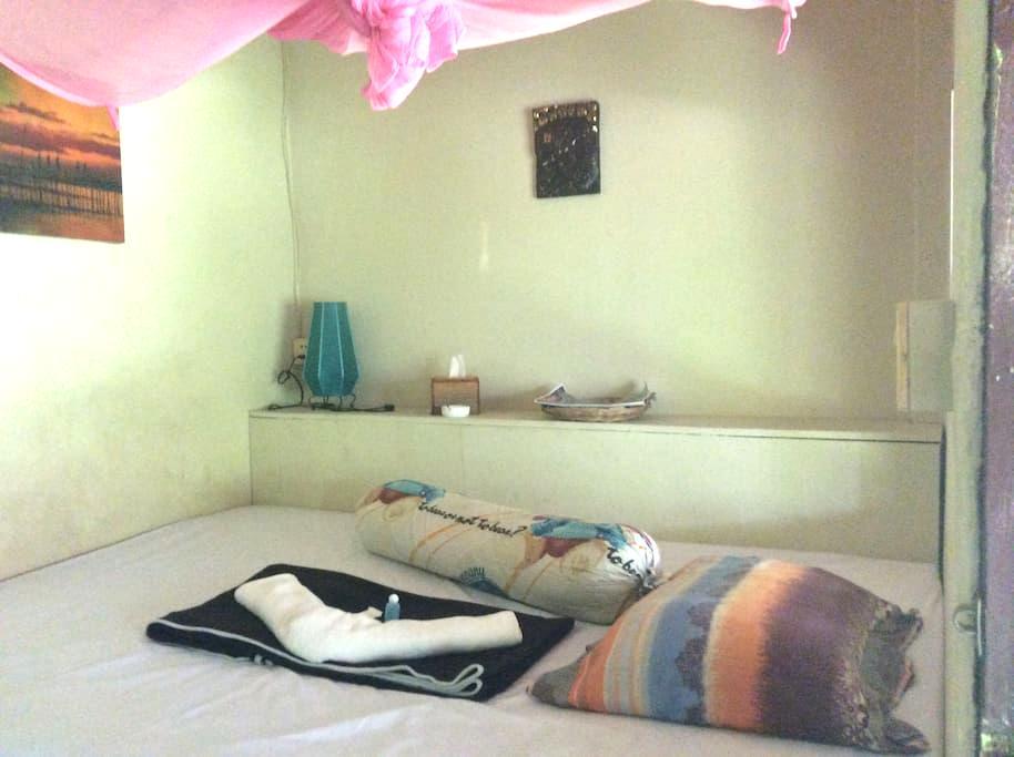 chambre avec ventilateur et salle de bain - Krong Preah Sihanouk - Lakás