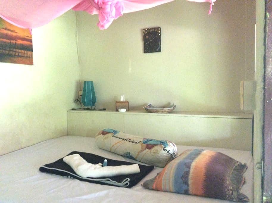 chambre avec ventilateur et salle de bain - Krong Preah Sihanouk - อพาร์ทเมนท์