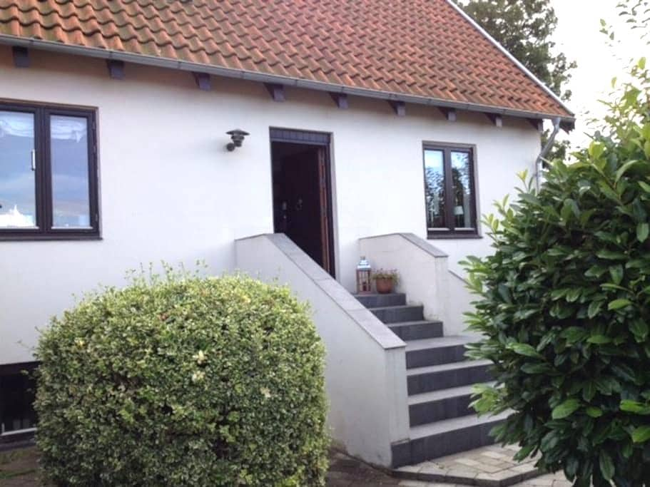 Spacious room with own bathroom and entrance. - Kastrup - Rumah