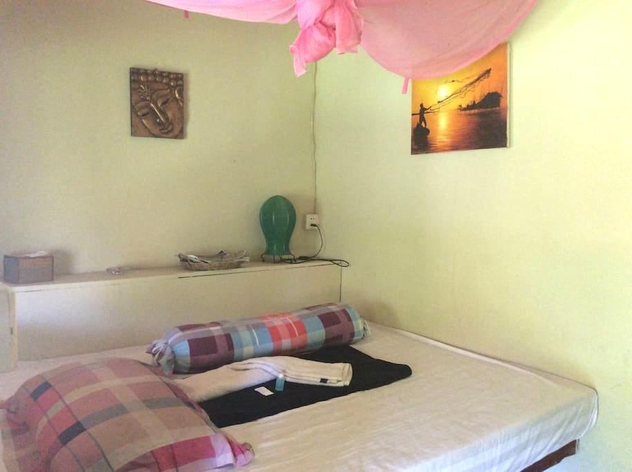 chambre avec ventilateur et salle de bain - Krong Preah Sihanouk - Apartamento