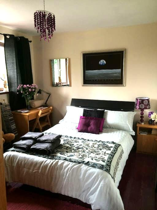 Attractive bedroom with double bed. - Waterford - Дом