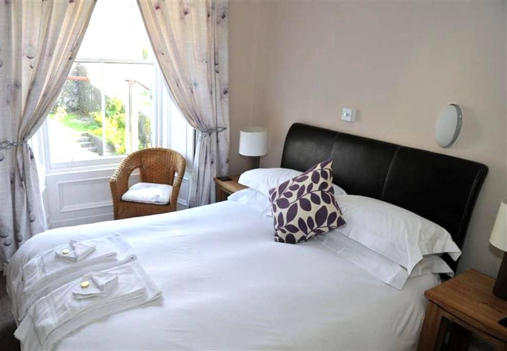 Central Oban, garden view, double room - Invercloy - Oban - Huis