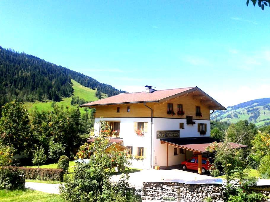 Zimmer mit sonnigem Balkon und Blick auf die Berge - Hofmark