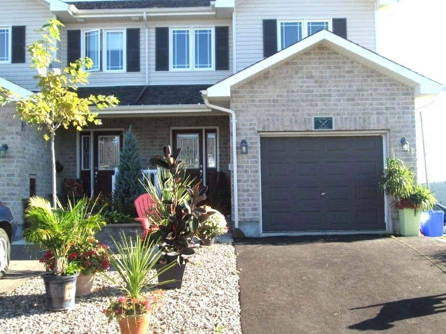 Comfy private queen bedroom with full private bath - Arnprior - Rumah