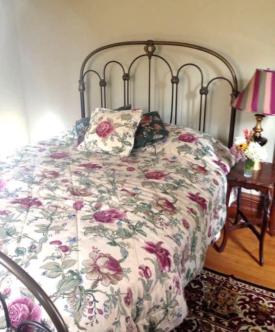 Cozy Victorian Retreat - Greenfield - Дом