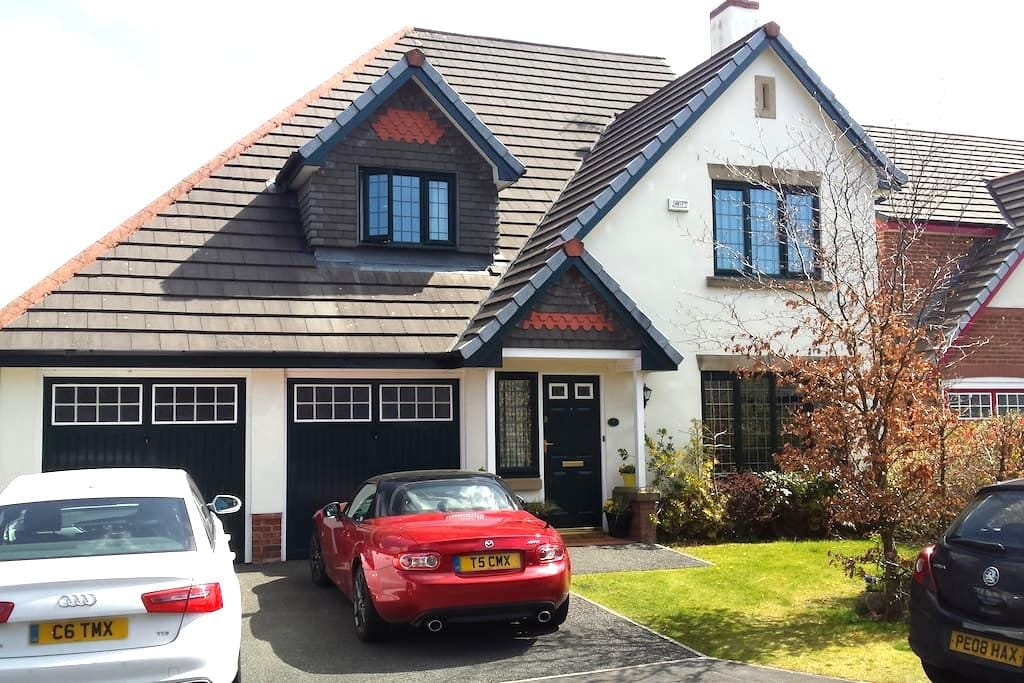 Spacious Ensuite room in large modern house - Whalley - Rumah