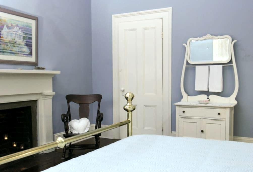 BnB -Jeff. Blue Room - near Tally - Monticello - Bed & Breakfast